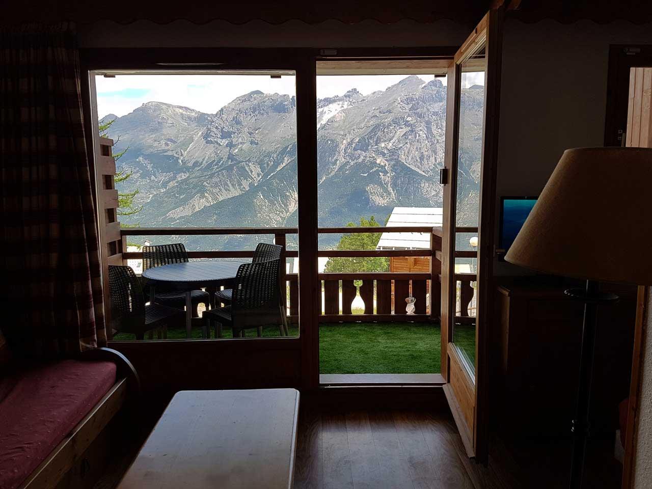 La terrasse avec une belle vue sur la chaîne montagneuse